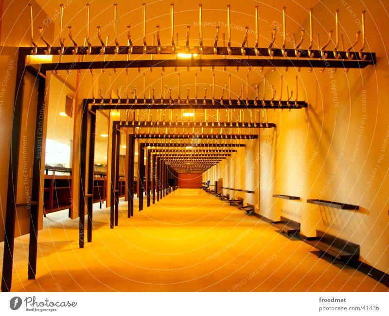 Keiner gekommen? tief Architektur Bekleidung Kleiderhacken Haus der Kulturen der Welt leer Stuhl Bank