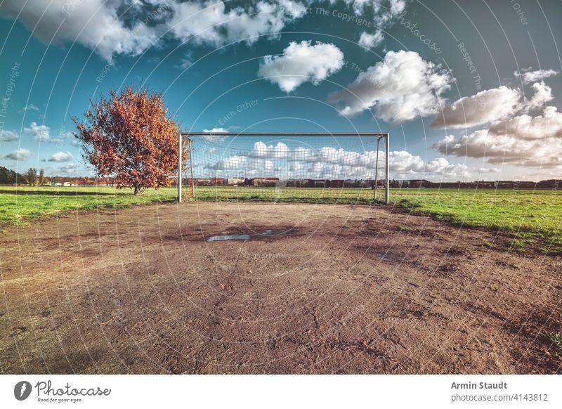 Fußballtor mit Baum, Skyline und Wolkenlandschaft Architektur Herbst Hintergrund Ball Berlin blau Nahaufnahme Konkurrenz leer Europa fallen Feld Spiel
