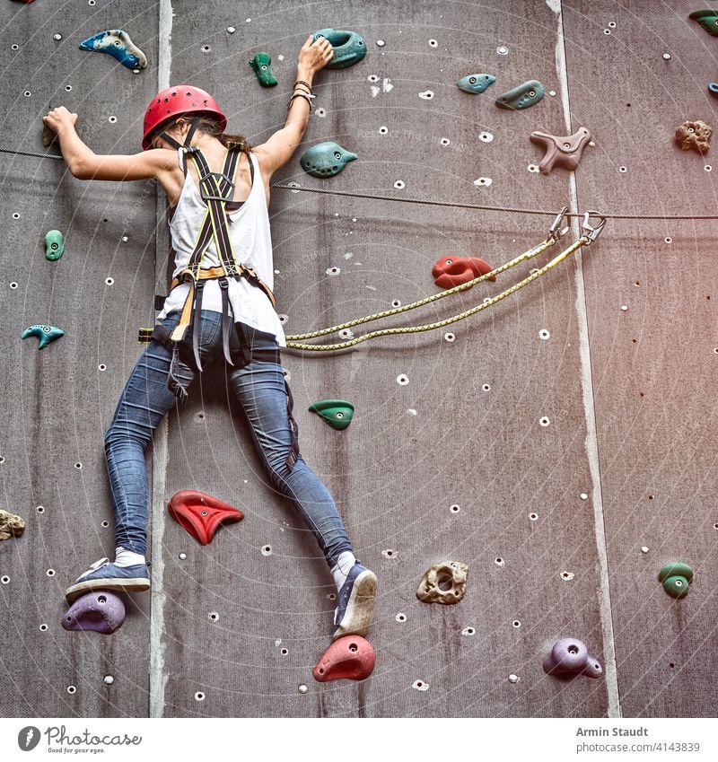 Teenager-Mädchen in einer freien Kletterwand aktiv Aktivität Erwachsener Gleichgewicht Bouldern Aufstieg Aufsteiger Klettern Übung extrem Frau Fitness Spaß Hand