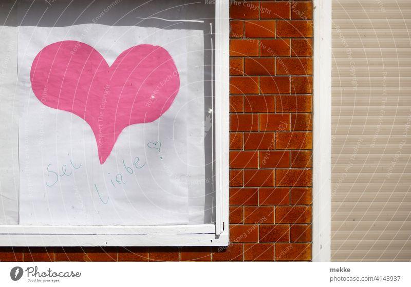 """""""Sei Liebe"""" im Schaukasten Herz Schaufenster Schriftzeichen Wort Werbung Fassade Kleinstadt wand gebäude hinweisschild laden geschäft Fenster Ladengeschäft rosa"""