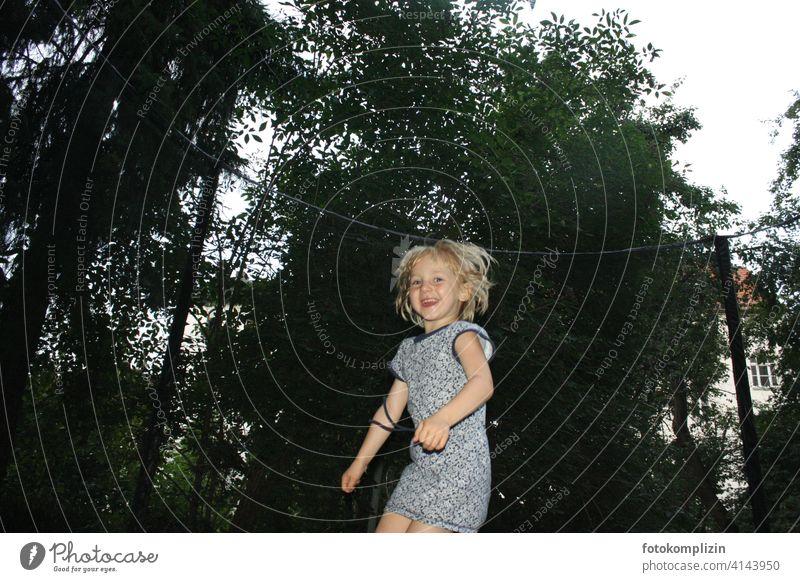 glücklich hüpfendes Kind Mädchen springen Freude Trampolin Lebensfreude Spielen Fröhlichkeit Glück Bewegung happy Gefühle süß toben energiegeladen lustig wild