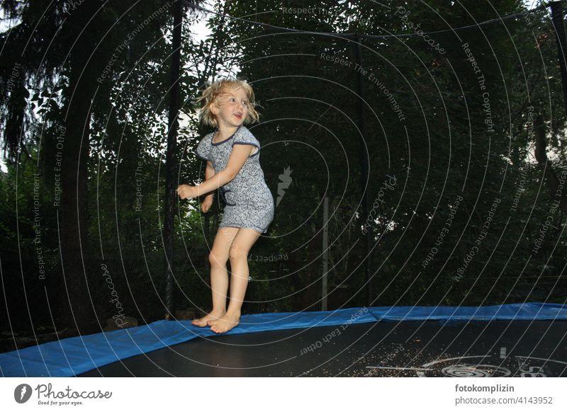 hüpfendes Kind auf Trampolin Kinderspiel Kindheit Lebensfreude Spielen Freude Bewegung springen Glück Fröhlichkeit Mädchen Freizeit & Hobby Lebenskraft gesund