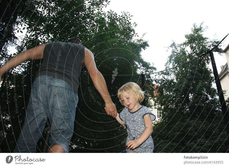 Vater hält Tochter Kind Familie & Verwandtschaft Papa Eltern Liebe Elternschaft Kindererziehung Vertrauen Vaterschaft Verantwortung Mädchen Spielen Glück Mann