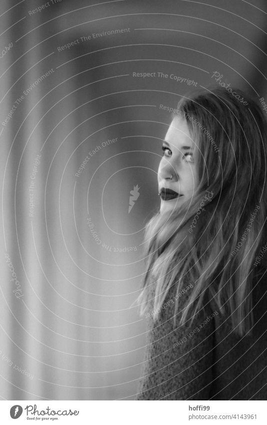 die junge Frau blickt über die Schulter zurück in die Kamera Junge Frau Frauengesicht Blick in die Kamera feminin langes Haar 18-30 Jahre Erwachsene Auge