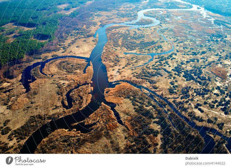 Überlaufender Fluss im Tal, Luftaufnahme Natur Antenne Steppe Landschaft Ansicht Textur Feld grün Muster strömen Gelände Dröhnen erstaunlich Wasser Umwelt blau