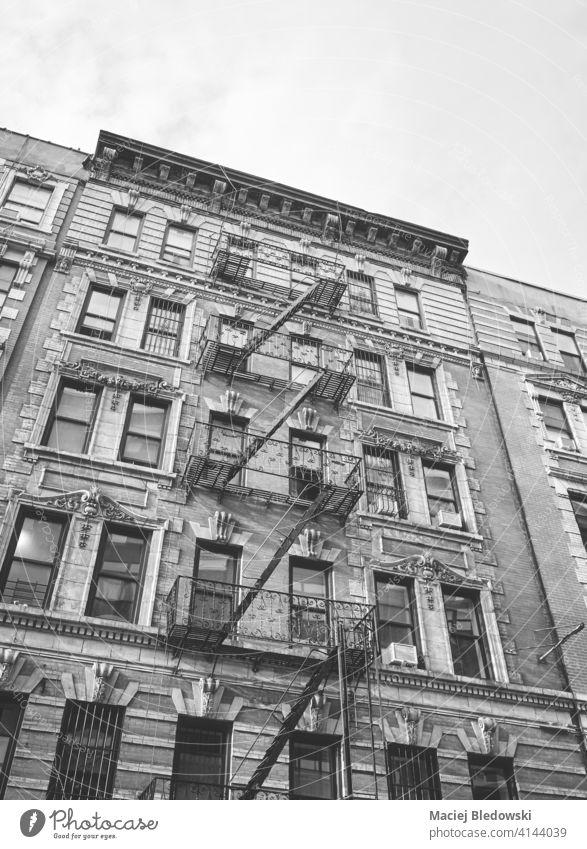 Schwarz-Weiß-Bild des alten Gebäudes mit Eisen Feuerleiter, New York City, USA. Großstadt New York State Wand Feuertreppe Stadthaus schwarz weiß neu Haus