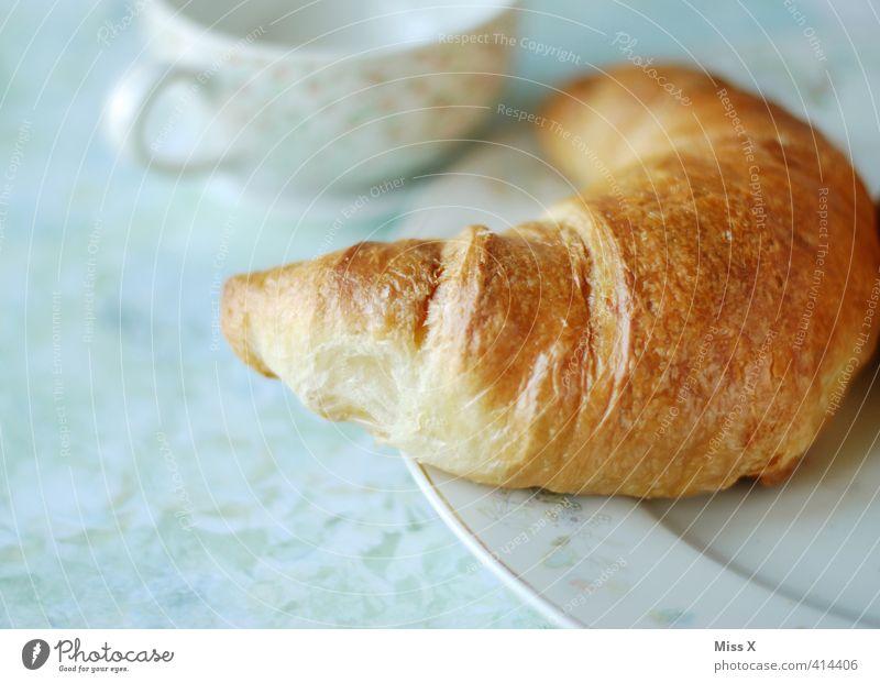 Croissant Lebensmittel Teigwaren Backwaren Ernährung Frühstück Kaffeetrinken Büffet Brunch Getränk Heißgetränk Geschirr Teller Tasse lecker süß Frühstückstisch