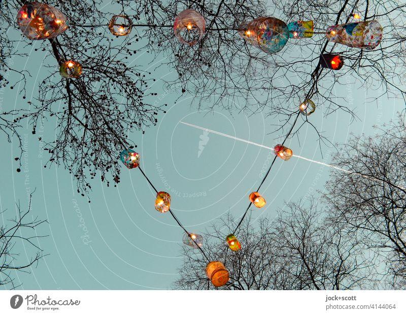 Lichterkette zur jahreszeitlichen Dekoration 2.0 Lichtdekoration Feste & Feiern kahle Bäume Lampe Abend Winter Weihnachten & Advent farbverfremdet Dreieck