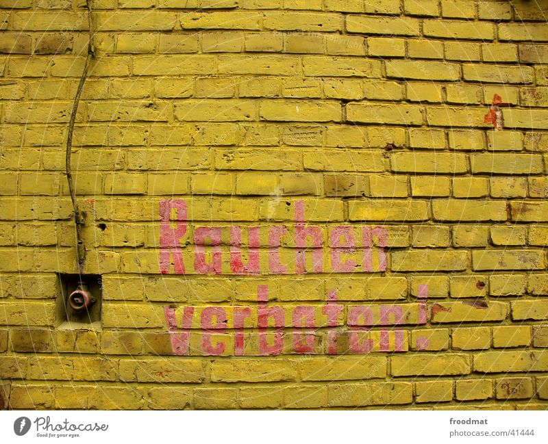 RAUCHEN VERBOTEN Mauer gelb Schalter Häusliches Leben Kabel Schriftzeichen verfallen Fuge
