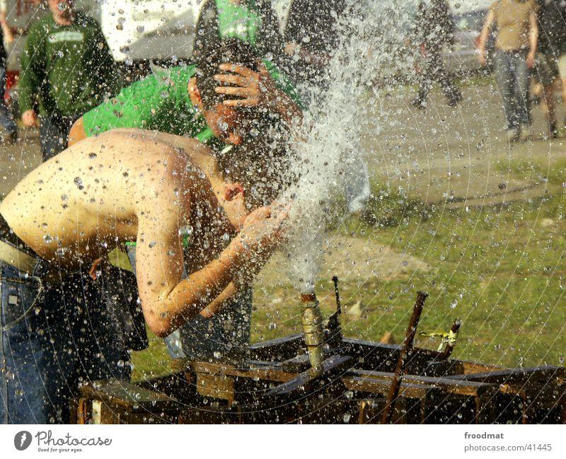 Festivaldusche Wasser Sonne Sommer nackt Wärme Freizeit & Hobby Physik Rausch spritzen Musikfestival Wasserfontäne Unter der Dusche (Aktivität)