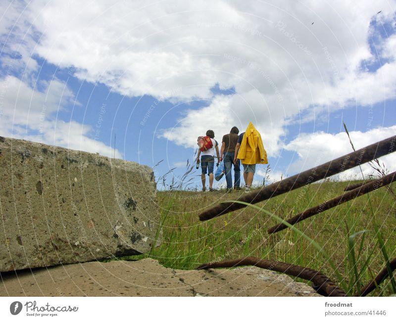 die drei und ich hinterm stein Regenjacke Sommer Wolken Beton Hügel Wiese Freizeit & Hobby Musikfestival Berlinova 2004 Decke Berge u. Gebirge Himmel Stein