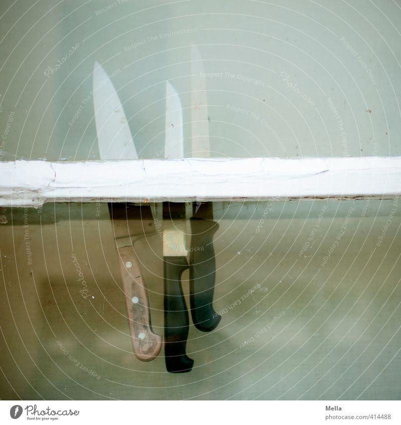 Murder Monday Besteck Messer Küche Fenster hängen außergewöhnlich bedrohlich einfach gruselig Spitze Angst gefährlich bizarr Risiko skurril stecken fixieren