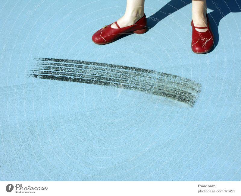 Auto beschleunigt schneller als Fuß Frau blau rot Stil Schuhe Linie Beine 2 Erwachsene Spuren Beton 3 Bekleidung modern Coolness
