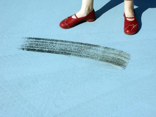 Auto beschleunigt schneller als Fuß Stil Frau Erwachsene Beine Parkhaus Wohnmobil Bekleidung Schuhe Beton Linie Coolness modern blau rot Bremsspur Reifenspuren