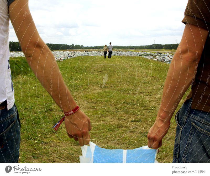 Gemeinsam Mensch Hand Sommer Wiese Gras Arme Parkplatz Verbundenheit Musikfestival