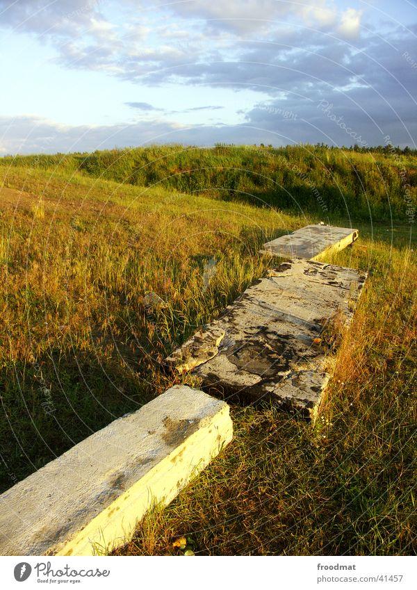Komische Feldsteine Himmel Wolken Wiese Gras Berge u. Gebirge Beton Hügel verfallen