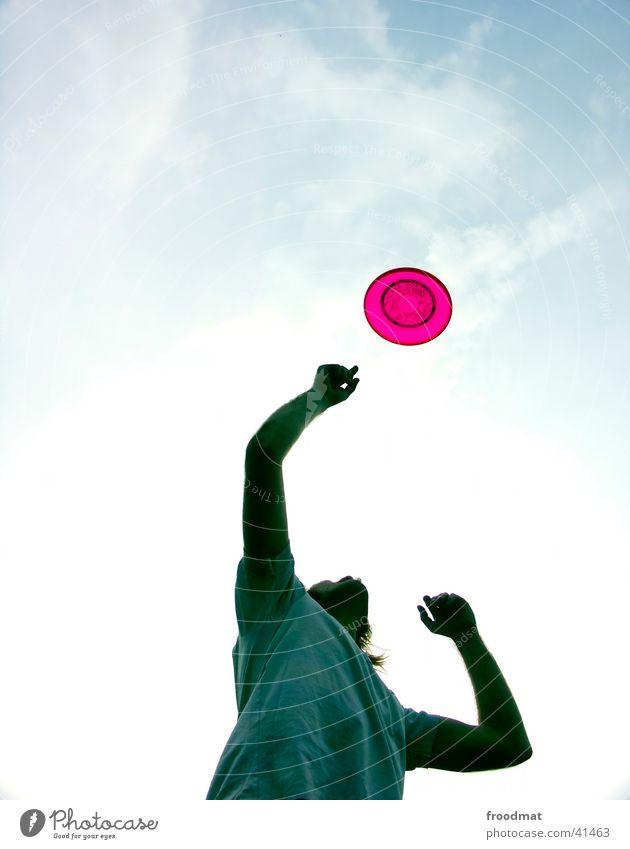 Alle Frisbees fliegen hoch Lifestyle Stil Freude Freizeit & Hobby Spielen Sommer Sportler Jugendliche Arme Finger Himmel Wolken T-Shirt Bewegung fangen