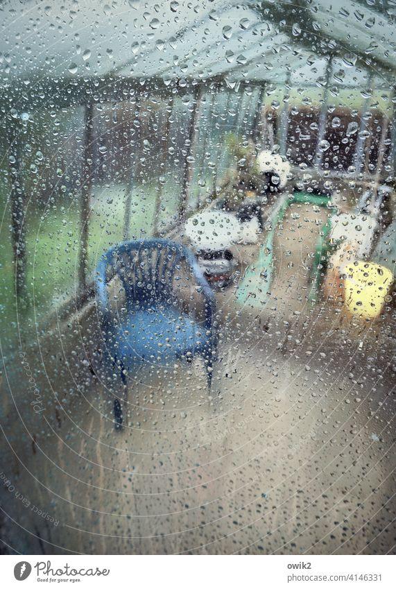 Ruheraum Campingstuhl Plastkstuhl Farbfoto Detailaufnahme Stillstand friedlich Glas Erholung Innenaufnahme trist einsam vergessen geheimnisvoll durchsichtig
