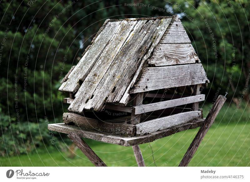 Selbstgebautes Vogelhaus für den Winter aus altem grauen Holz am Waldrand auf einem Bauernhof in Rudersau bei Rottenbuch im Kreis Weilheim-Schongau in Oberbayern