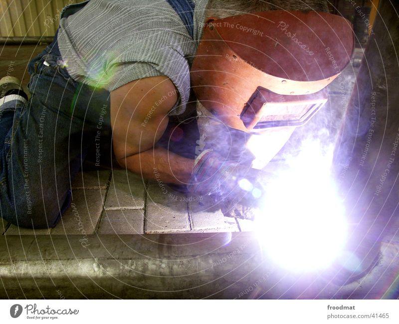 Stark Mann hell Kraft Energiewirtschaft Wasserdampf Blende gebeugt Schweißen Sichtschutz Heimwerker Oberarm Schweißgerät