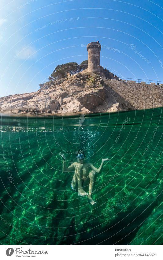 Kleiner Junge beim Schnorcheln mit einer Burg im Hintergrund aktiv Apnoe Strand Karibik Burg oder Schloss Kind Kindheit niedlich Sinkflug Taucher genießend