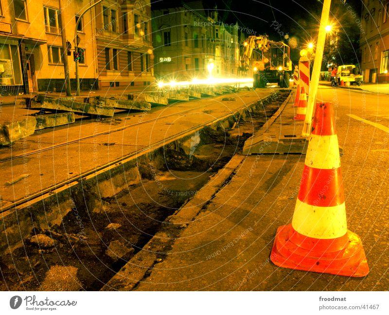 Technische Wartung #1 Straße Arbeit & Erwerbstätigkeit dreckig Beton Perspektive Gleise Maschine Ampel Straßenbahn Bagger Cottbus kegelförmig Nachtarbeit
