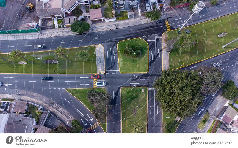 Luftaufnahme einer Kreuzung mit Fahrzeugen Auto Automobil Allee beschäftigt PKW chaotisch Großstadt Stadtstraße wirtschaftlich Anschluss Überfahrt Querstraße