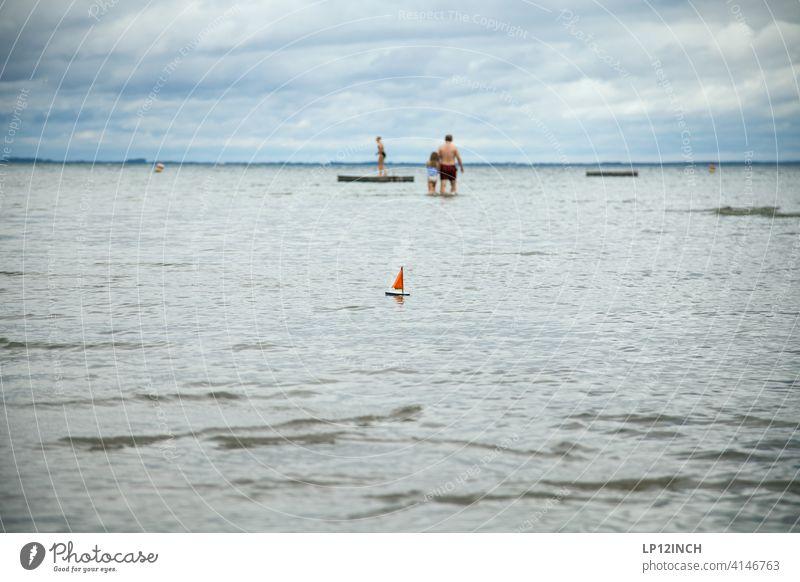 Segelschiffchen See baden Urlaub Gewässer Ferien & Urlaub & Reisen graues Wetter Famile Segeln Segelboot Schwimmen & Baden Wasser Wassersport flach Müritz