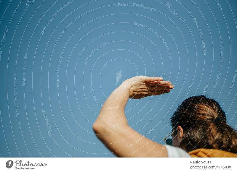 Frau mit erhobener Hand Nahaufnahme Körperteil angehoben Scheitel Finger Mensch sehr wenige Straße Arme Sonnenlicht Symbole & Metaphern Handfläche Entwurf Haut