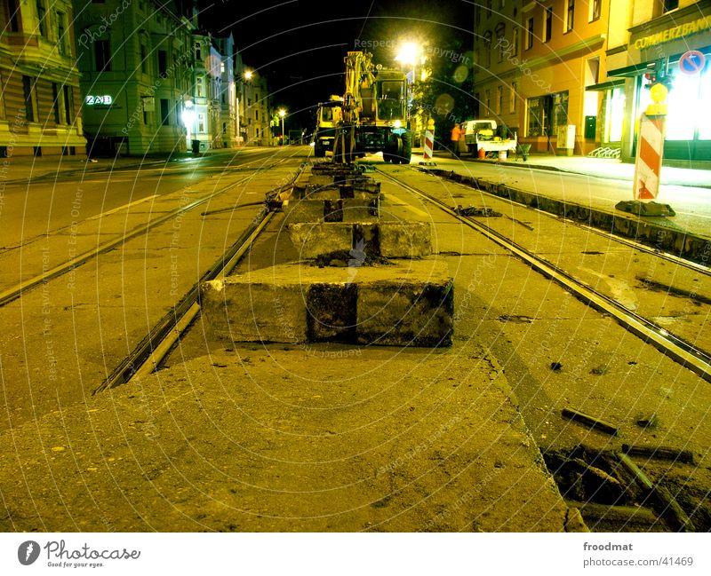 Technische Wartung #3 Langzeitbelichtung Gleise Straßenbahn Nacht Ampel Arbeit & Erwerbstätigkeit Nachtarbeit Cottbus Maschine Warnkegel Beton Straßenarbeiter
