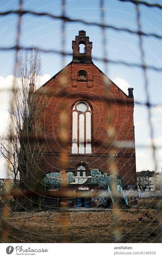 Schutzmaßnahmen Kapelle Zaun eingezäunt lost places Gebäude Gefängnis Architektur Farbfoto Menschenleer Bauwerk alt Verfall Haus Tag Vergänglichkeit