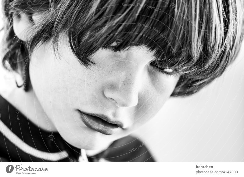 beatle Skepsis skeptisch Schwarzweißfoto selbstbewußt Familie & Verwandtschaft Lippen Mund Sohn Haare & Frisuren Sonnenlicht Porträt Kontrast Nahaufnahme Kind