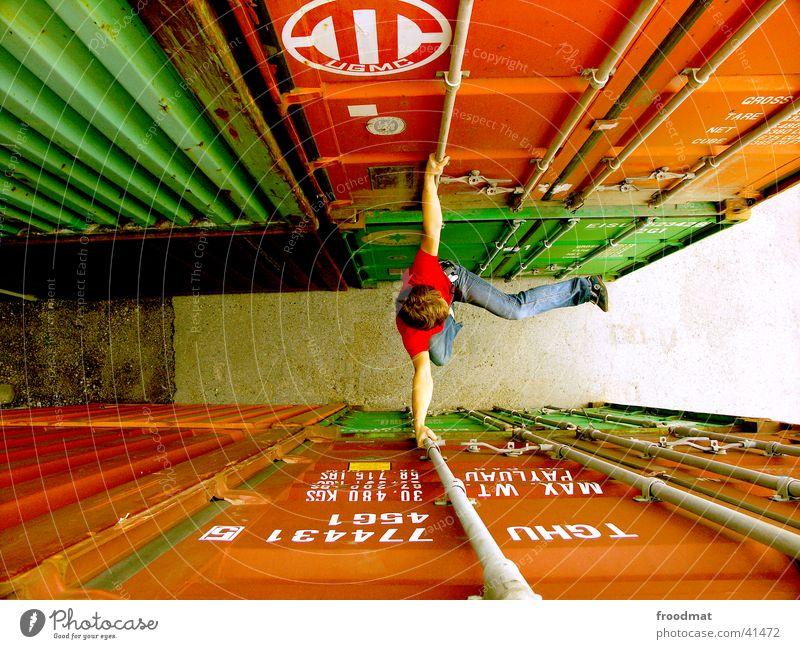 dazwischen rot Freude gefährlich Aktion Jeanshose Klettern Hafen dumm Container Sonntag Extremsport gewagt