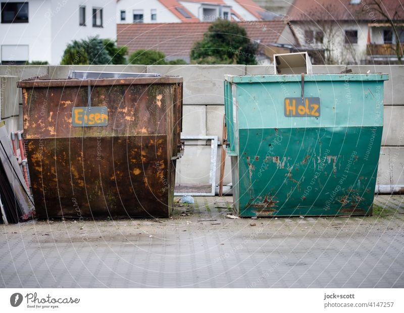 Alles für die Tonne aus Eisen und Holz Sperrmüll Abfall Abnutzung Handschrift Franken Kleinstadt Hinweisschild Beschriftung Bauhof Container Müll Umwelt