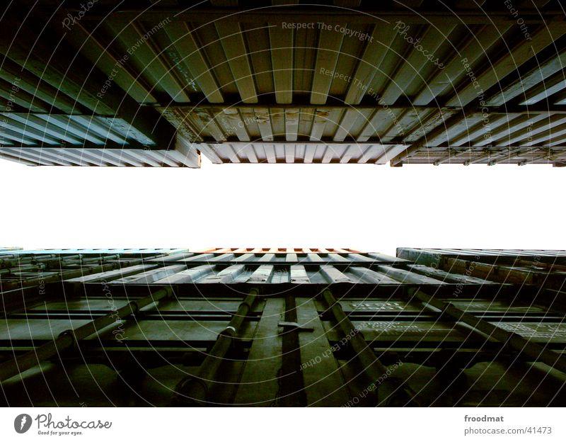 dazwischen hochgeschaut dunkel tief Dinge Container Metall Strukturen & Formen