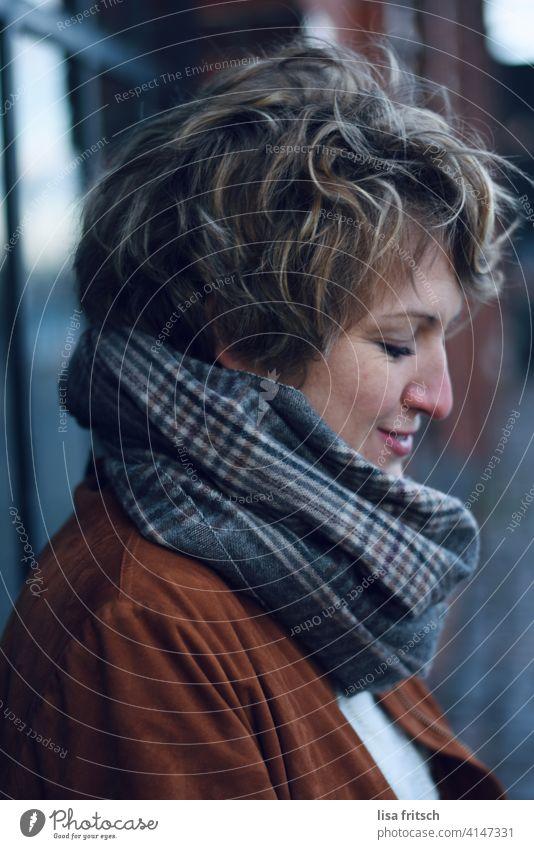 mal überlegen... nachdenken nachdenklich Denken besinnlich verträumt ruhig Dame Schal grinsen nach unten schauend Frau 30 Jahre alt Locken Gelassenheit