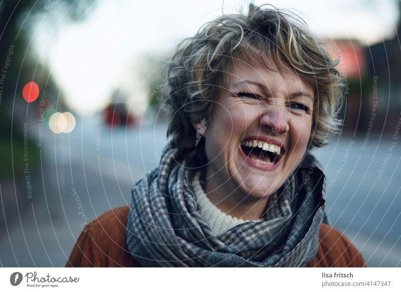 ist das Leben schön! Frau blond 30-45 Jahre Junge Frau Erwachsene 18-30 Jahre feminin Farbfoto Außenaufnahme kurzhaarig Kurzhaarschnitt Gesicht lachen