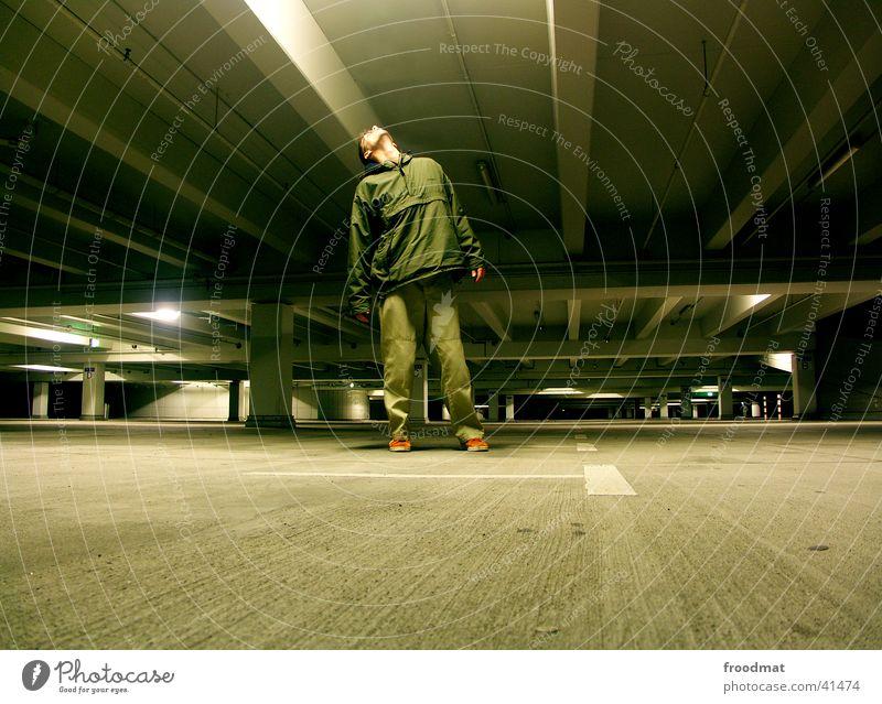 Parkhausierer #1 kalt PKW Beton leer Köln tief parken Garage Parkhaus Deckenbeleuchtung