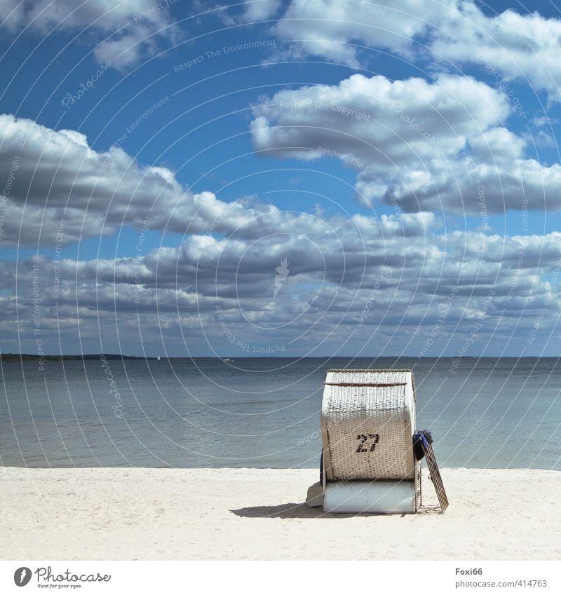 allein am Strand Erholung ruhig Ferien & Urlaub & Reisen Sommer Landschaft Wasser Himmel Wolken Seeufer Strandkorb Sand Holz Kunststoff authentisch schön blau