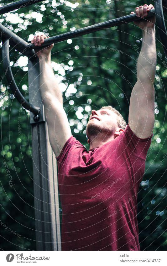 Hängen Gesundheit sportlich Fitness Leben Sport-Training maskulin Junger Mann Jugendliche 1 Mensch 18-30 Jahre Erwachsene Natur Park muskulös natürlich stark