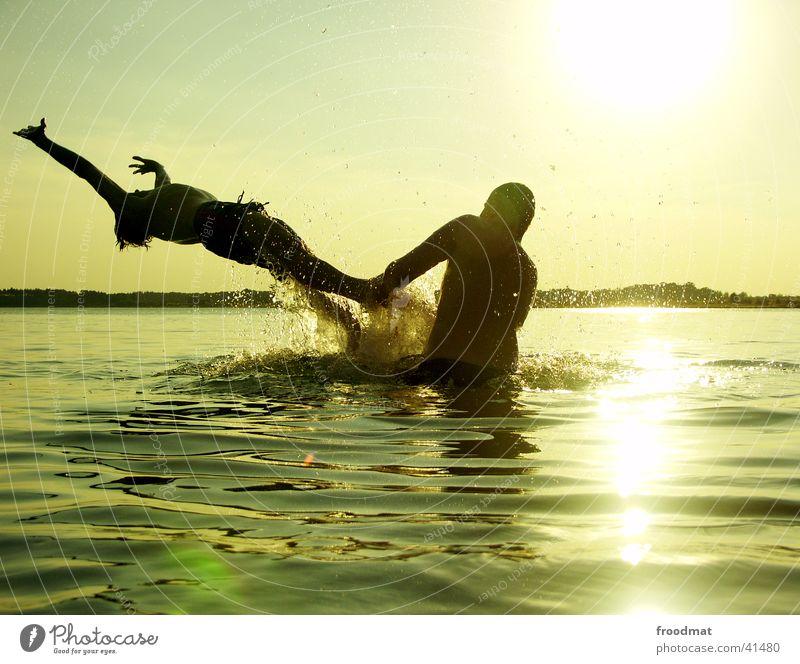 Wasser spritzt nass #2 Mensch Jugendliche Ferien & Urlaub & Reisen Sonne Sommer Strand Freude Spielen springen See Freundschaft Stimmung Schwimmen & Baden