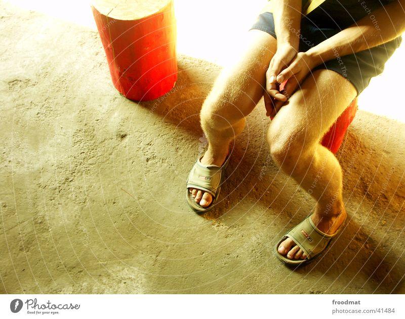 Kunstscheune im Nirgendwo #3 Hand Sommer Holz Fuß Schuhe Beine hell orange Verkehr Bodenbelag Strahlung