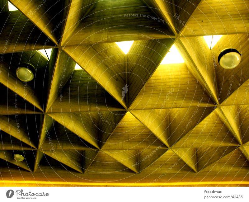Flughafen Köln Lampe warten Architektur tief Decke Dreieck Bienenwaben