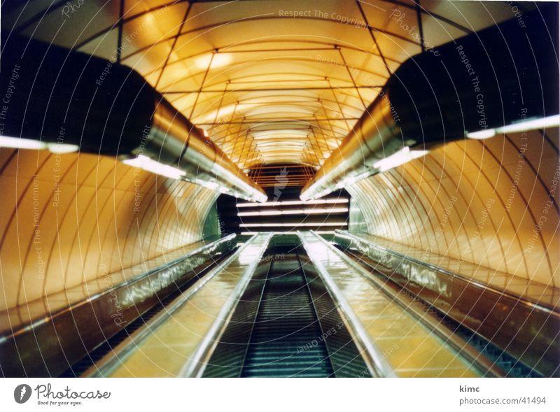Rolltreppe der Metro in Prag U-Bahn Fluchtpunkt gelb Architektur Lichterscheinung Röhren