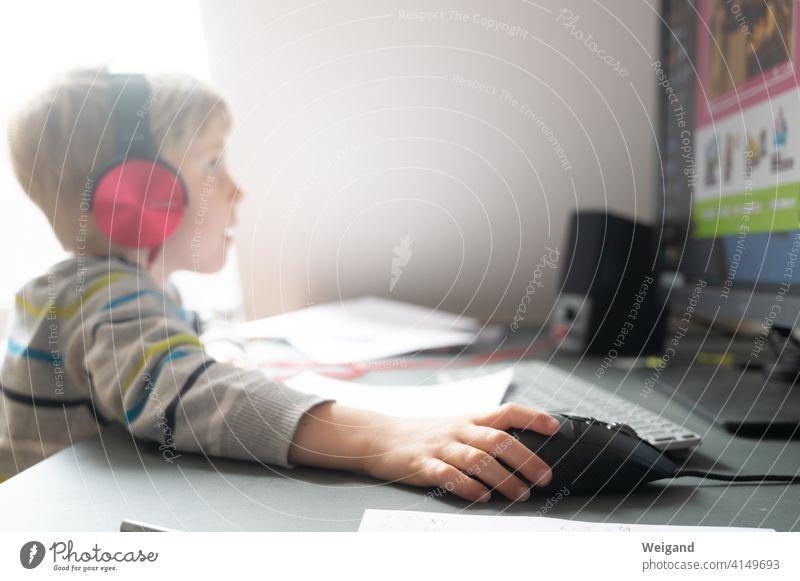 Kind im Homeschooling am Computer Schule Internet Büro Erziehung Grundschule Bildung Corona Alltag lernen