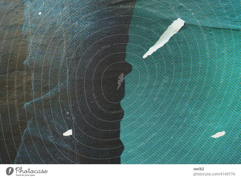 Jeansbein Plakat Nahaufnahme Detailaufnahme Werbung Werbebranche Reklame Hose Bein Moiré-Effekt Papier Reste Fetzen Insel türkis blau Kontrast Struktur