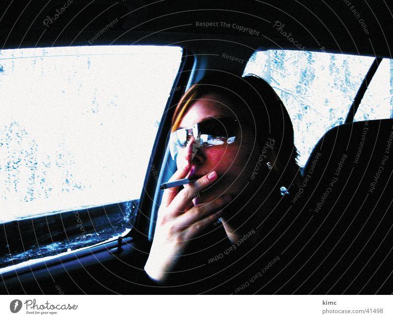 Smoking Kim Frau Hand Gesicht Ferien & Urlaub & Reisen Schnee PKW Coolness Zigarette Sonnenbrille Brille