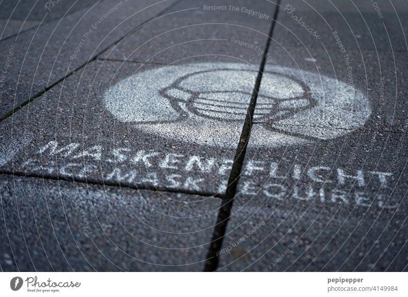 MASKENPFLICHT – Warnhinweis mit Sprühfarbe auf Gehweg Maske Maskenpflicht sprühfarbe Graffiti coronavirus Corona-Virus coronakrise Corona-Pandemie Corona Virus