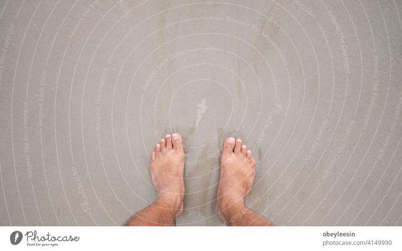 Füße auf einem weißen Sandstrand Ansicht Top minimalistisch oben Hut Schmuck Zubehör Erholung kreativ Morgen Quadrat Decking Pflege Mode Fernweh schäumen