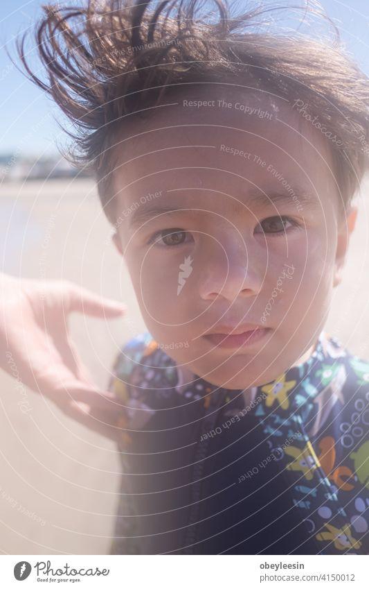 Niedliche Kinder haben Spaß am Sandstrand im Sommer Tag Lachen Erholung Freunde außerhalb Ferien wenig Wochenende heiß niedlich zwei rennen spielerisch Natur